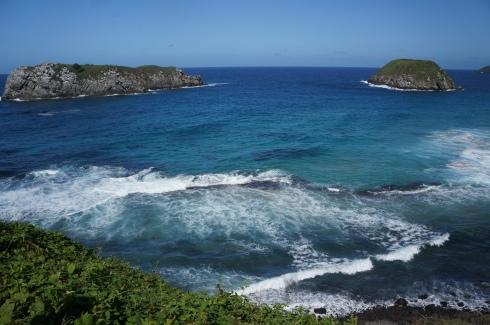 Vista da Praia do Leão - que recebe esse nome por conta da ilha (essa mais a esquerda) que tem o formato de um leão marinho deitado